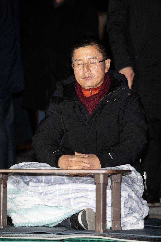 국정 대전환을 촉구하며 단식농성 중인 황교안 자유한국당 대표가 지난 11월 22일 서울 청와대 분수대 앞 농성장에서 눈을 감고