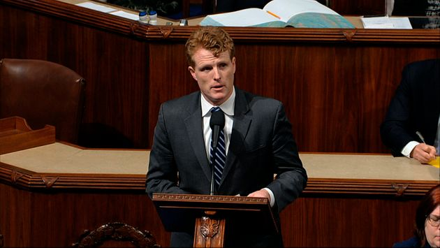 弾劾を巡る審議でスピーチするジョー・ケネディ議員