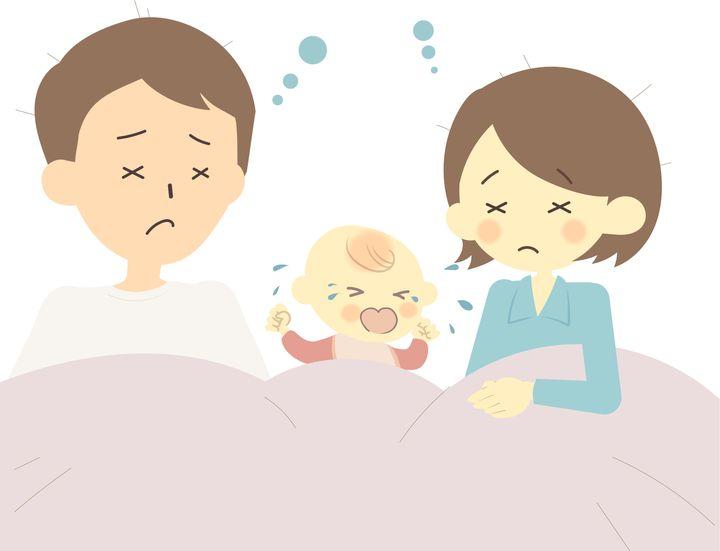 夜泣きする赤ちゃんと、両親のイメージ画像