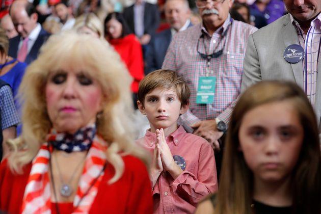 Οπαδοί του Τραμπ προσεύχονται...