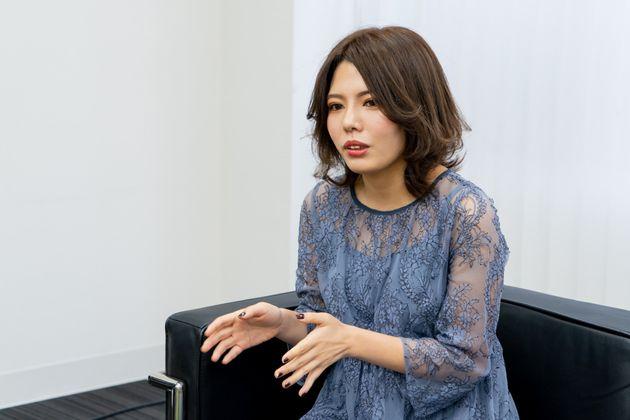 yuzukaさん 恋愛エッセイを中心とした作家、コラムニスト。書き物以外にもイベント主催や舞台プロデュース、オウンドメディアの編集長など、幅広い分野で活動している。
