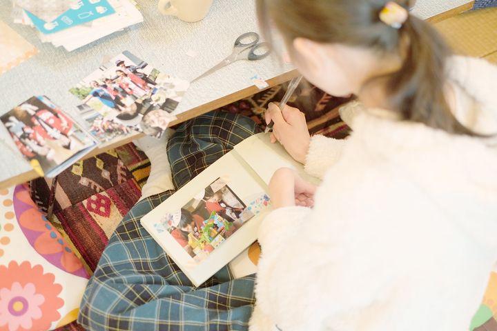 藤田さんがひらく「記憶のアトリエ」で参加者が制作した手づくりの本。思い出の写真など、参加者が持ち込んだ大切な記憶を本に綴じてゆく