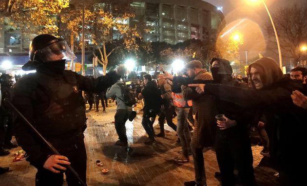 Los manifestantes increpan a un Mosso de