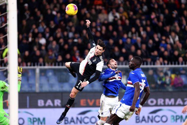Cristiano Ronaldo marque une tête aérienne avec la Juventus de Turin face àla...