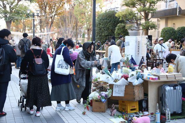 たくさんの人で賑わうイベント会場=11月30日、東京都板橋区の光が丘パークタウン