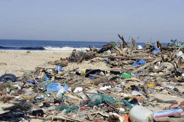 Divers débris et déchets apportés par la mer sur la plage, à l'embouchure du courant de Mimizan, dans...