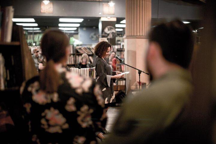 Laura Warrell dando una lectura en la librería de Los Ángeles The Last Bookstore.