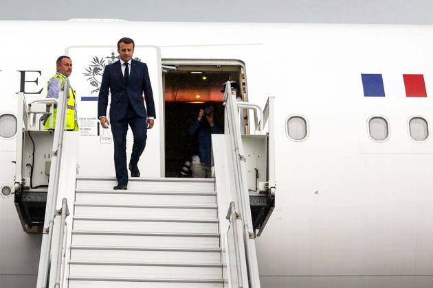 Emmanuel Macron sortant de l'avion présidentiel à La Réunion