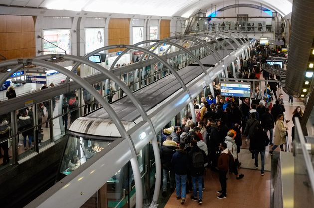 Le trafic du métro parisien s'améliore, six lignes fermées vendredi à Paris...