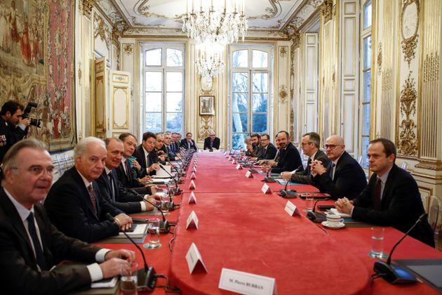 Les partenaires sociaux reçus à Matignon pour d'ultimes négociations sur la réforme des retraites, le...