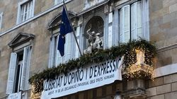 Torra cuelga la bandera europea del balcón de la