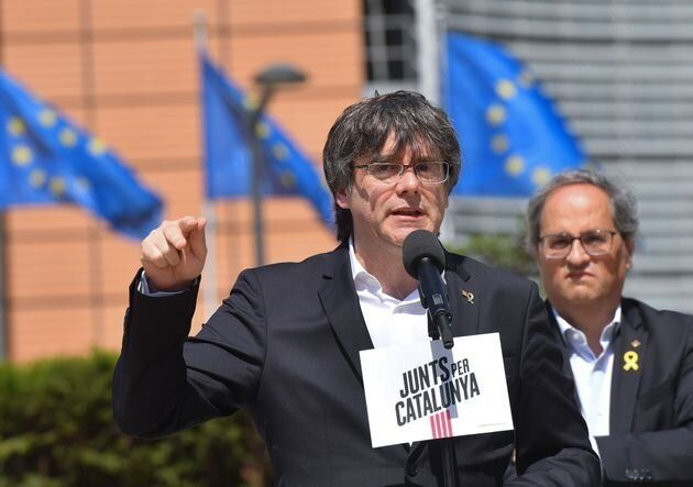 Puigdemont, junto a Torra, frente al Parlamento
