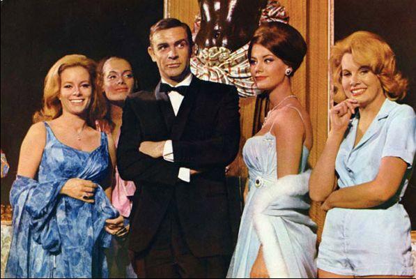 Claudine Auger, à droite de Sean Connery, dans le film
