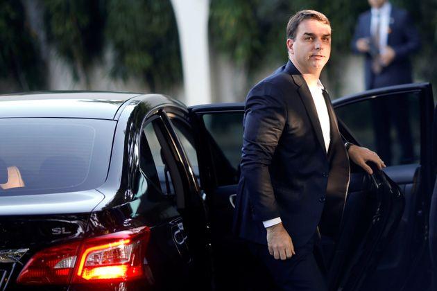 Senador Flávio Bolsonaro rebate acusações do MP em vídeo nas redes