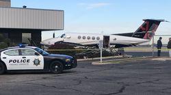미국 공항에서 비행기를 훔쳐 몰다가 울타리에 들이받은 십대