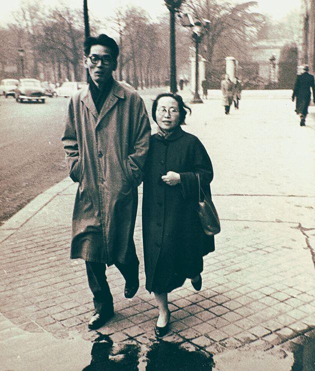 파리 거리를 걷고 있는 김환기(왼쪽)와 김향안(오른쪽),
