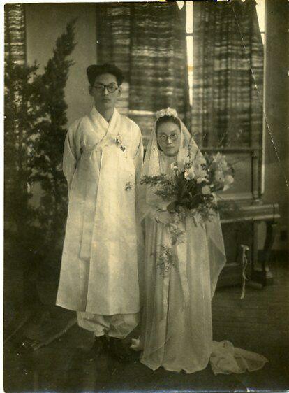 두루마기를 입은 김환기(왼쪽)와 드레스를 입은 김향안(오른쪽).