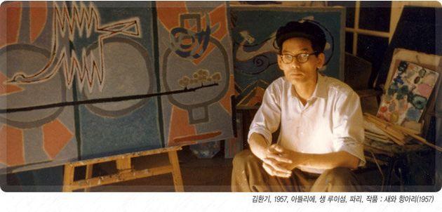 생 루이섬의 아틀리에에서 김환기 화백의 모습, 그 뒤로 '새와 항아리, 1957' 작품이