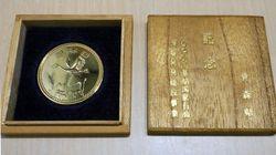 """記念硬貨のような""""謎のメダル""""新たに見つかる。80年代前半に「青森県内のドライブインから購入」"""
