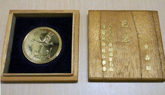 埼玉県在住の女性が所有する「謎のメダル」。木箱に入っている。