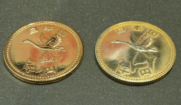 「謎のメダル」の比較。「日本国 千円」と書いてある面。左が埼玉県在住の女性が所有する物。都内在住の男性が所有する物より状態が良い