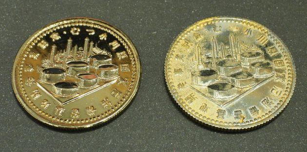 「謎のメダル」の比較。石油タンクが描いてある面。左が埼玉県在住の女性が所有する物。都内在住の男性が所有する物より状態が良い