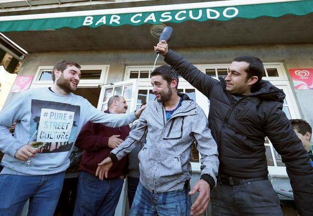 Los ganadores de la lotería se bañan en champán en el gallego bar