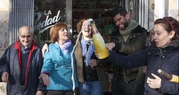 María Rosa Valera celebra El Gordo en la puerta de su