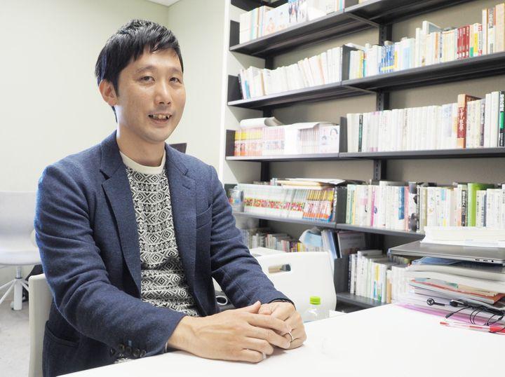 田中俊之さん(大正大学の研究室で撮影)