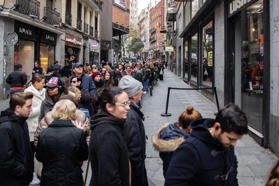 La fila para coger un número de lotería en Doña