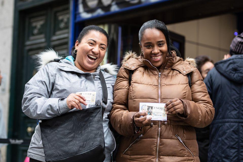Verónica y Jessica posan con su número de la lotería nada más