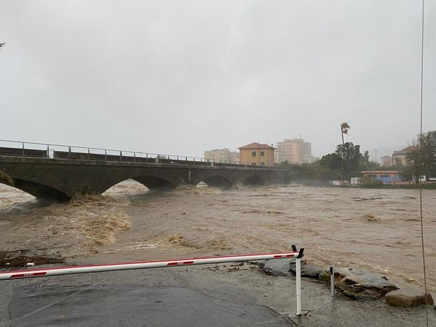Allerta rossa in Liguria. Frane, alberi crollati e fiumi in piena bloccano la