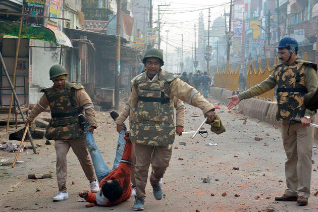 Las fuerzas de seguridad detienen a un manifestante en Meerut (India) el 20 de