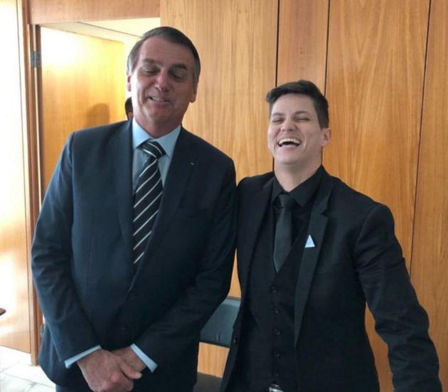 O presidente Jair Bolsonaro ao lado de Karol Eller em foto publicada no Instagram da youtuber.