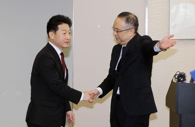 이호현 산업통상자원부 무역정책국장(왼쪽)이 16일 일본 경제산업성 17층 특별회의실에서 이다 요이치 일본 경제산업성 무역관리부장과 '제7차 한일 수출관리정책대화'에 앞서 악수하고
