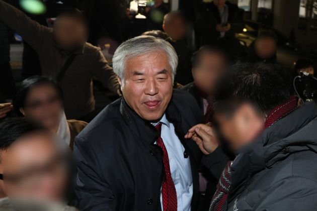지난 12월 12일 오후 서울 종로경찰서에서 집회 및 시위에 관한 법률 위반혐의로 조사를 받고 발걸음을 옮기고 있다. 경찰은 지난 10월 3일 열린 집회에서 참가자들이 경찰에 폭력을...