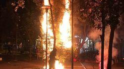 Κάηκε και το δεύτερο χριστουγεννιάτικο δέντρο στα Εξάρχεια και το Twitter πήρε