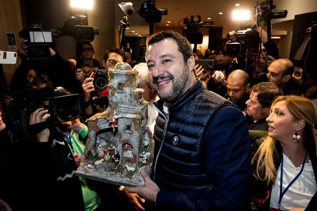 Salvini al Congresso con un presepe in