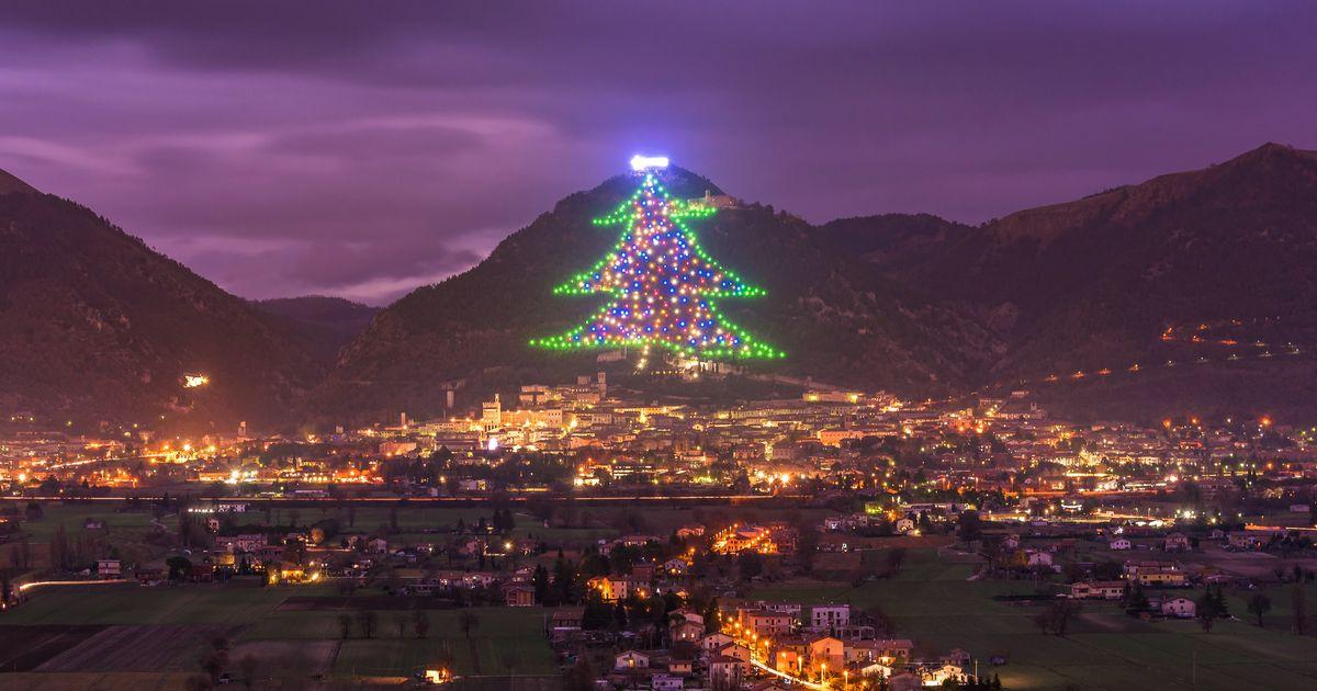 A maior árvore de Natal do mundo fica na Itália