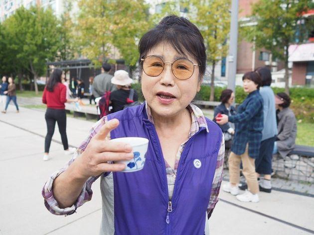 韓国でフリーコーヒーを楽しむ女性