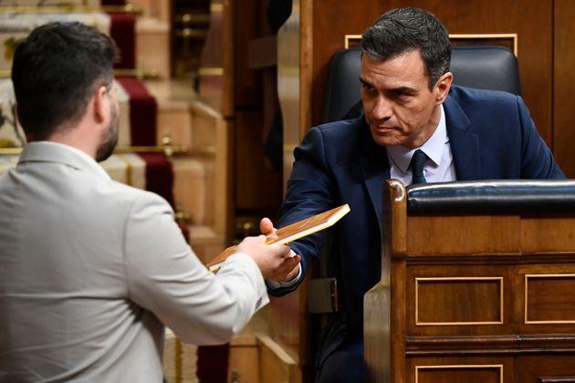 Gabriel Rufián (ERC) y Pedro Sánchez en el