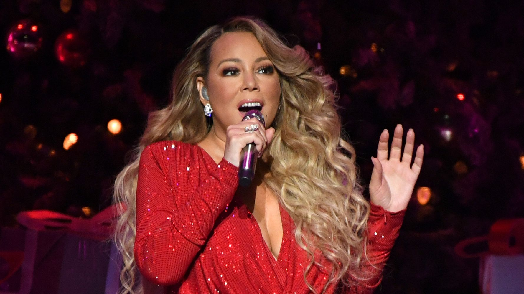 Westlake Legal Group 5dfe3d6824000026135a40b1 Mariah Carey Debuts New Video For Her Classic 'All I Want For Christmas Is You'