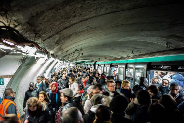 Ces scènes de cohue vue le 16 décembre dans le métro parisien pourraient se renouveler...