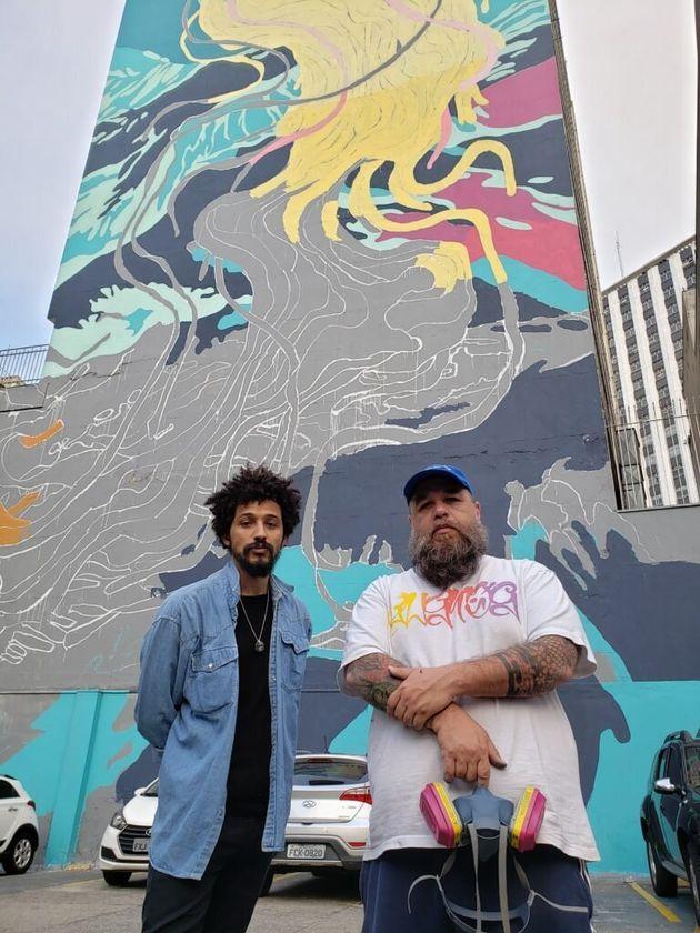 Pagu e Flip, os responsáveis pelo projeto do aquário, em frente à parede do prédio Renata Sampaio Ferreira,...