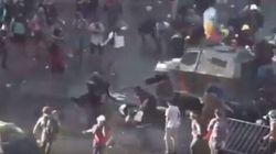 Manifestante schiacciato tra i blindati dei Carabineros. Video choc agita il