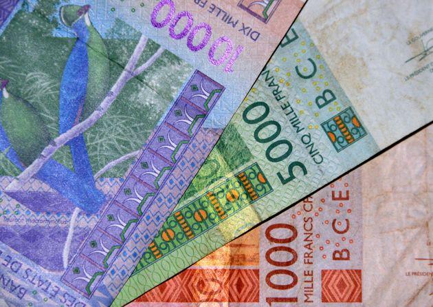 Des billets de banque de 1000, 5000 et 10000 francs