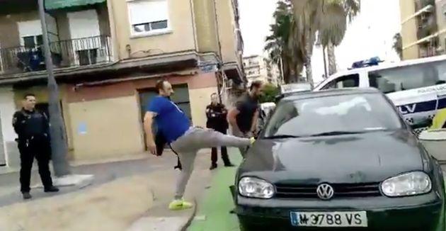 A patadas contra su coche por un simple control de