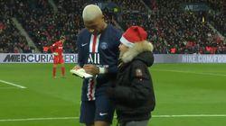 Mbappé signe un autographe en plein match à un jeune fan entré sur le