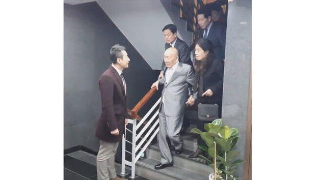 지난 12월12일 서울 강남구 압구정동의 한 식당에서 임한솔 정의당 부대표가 전두환씨에게 말을 걸고