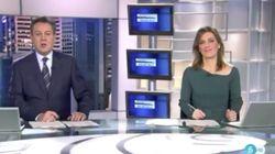 Un espontáneo se cuela en el arranque de 'Informativos Telecinco' para mandar un extraño